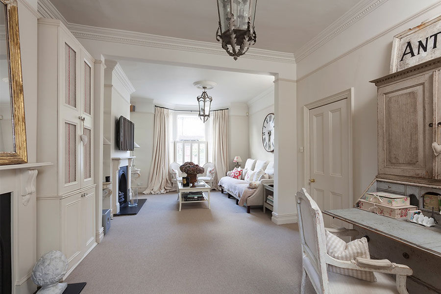 Gentle elegant and cozy classic style home in london for Classic style interior