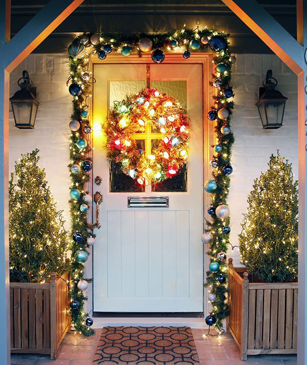 26 illuminating christmas outdoor lighting ideas 4betterhome for Door garland christmas