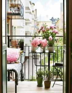 how to make a small balcony look nice